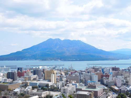 桜島をバックに鹿児島市内