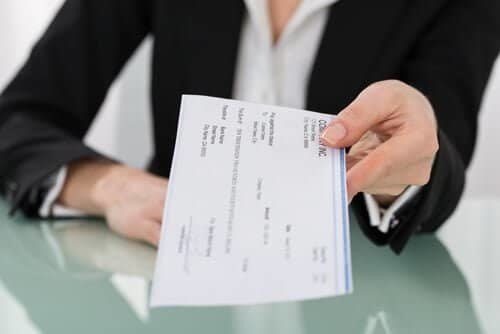 海外小切手の現金化には数千円単位の手数料がかかるのが一般的